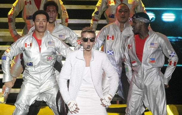 Джастин Бибер извинился за то, что на концерте вытер сцену флагом Аргентины