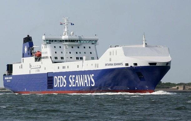 В Северном море загорелось судно с военным оборудованием, из-за шторма нельзя эвакуировать экипаж
