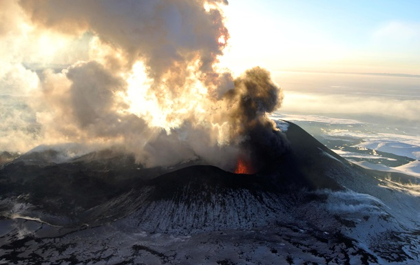 Самый высокий вулкан Евразии выбросил пепел на высоту 6500 метров