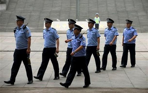 В Китае девять человек с топорами напали на полицейских
