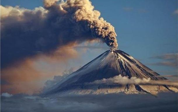 Самый высокий вулкан Евразии пять раз за сутки выбросил столбы пепла. Пепловый шлейф растянулся на 170 км