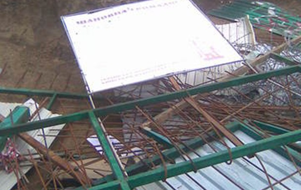 Киевляне сравняли с землёй забор на Десятинном