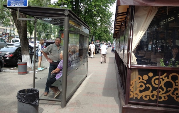 В Києві продовжується хаотичне встановлення літніх майданчиків ресторанів.