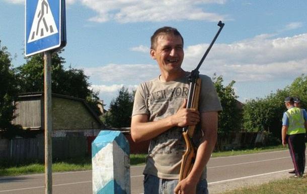 Пограничный столб отделил Межигорье от остальной Украины (ВИДЕО)