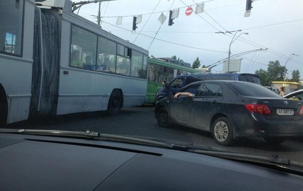 Пробка на Троещине из-за троллейбуса