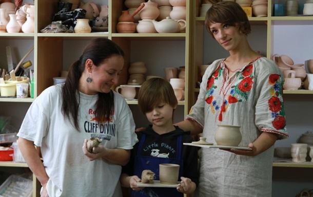 Сашко нарешті з глини зробив глечик для мами, кухоль та порося своїми руками!