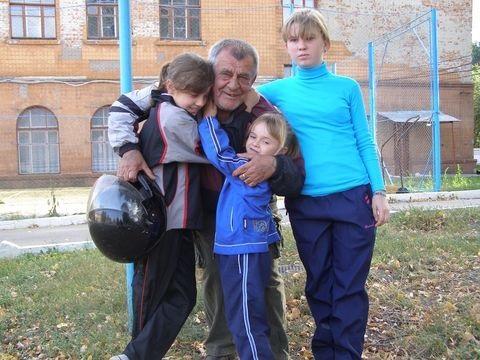 У Вінницькій області в дідуся по-злодійськи відібрали трьох онучок....