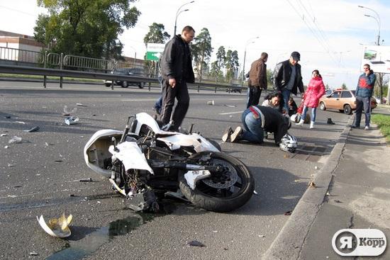 В Киеве разбился мотоциклист с пассажиркой