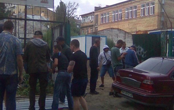Киевляне сравняли с землей забор на Десятинном