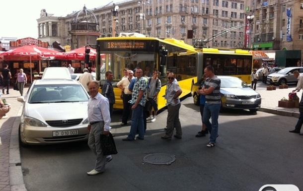 В Киеве остановилось движение троллейбусов на улице Софийской