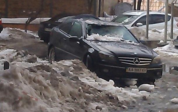 В Киеве падающий с домов снег разбивает машины