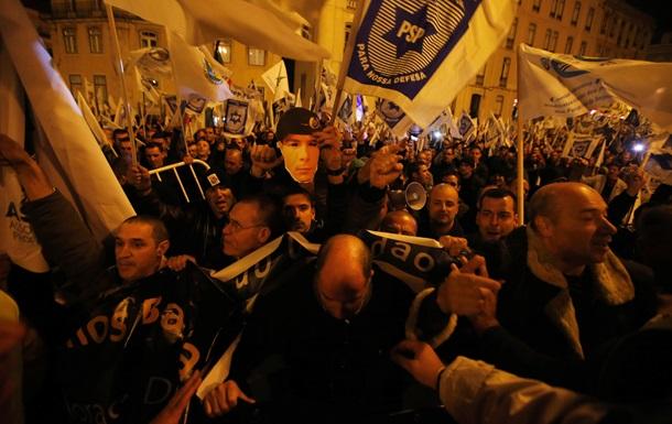 В Португалии полицейские попытались штурмом взять здание парламента