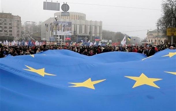 Милиция насчитала примерно равное количество митингующих на Европейской площади и на акции в поддержку правительства