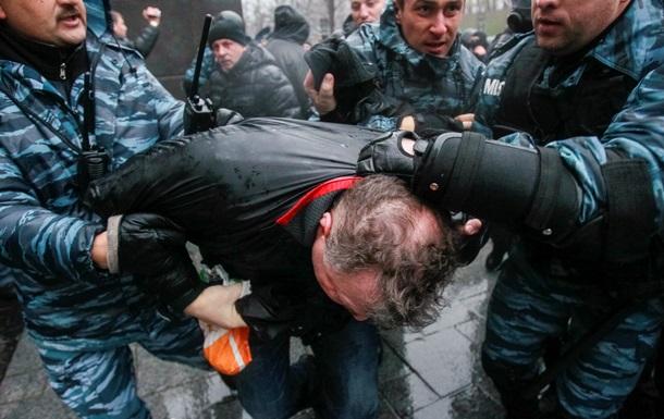 Противогазы, сломанные зонты и пикет возле правительства: будни Евромайдана