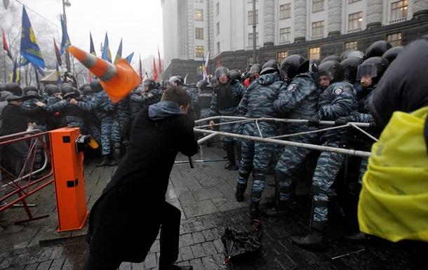 У Кабмина с утра дежурят 150 активистов Евромайдана
