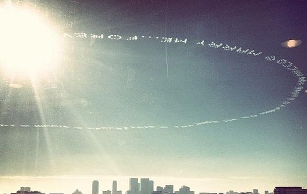 Американец сделал предложение девушке надписью в небе