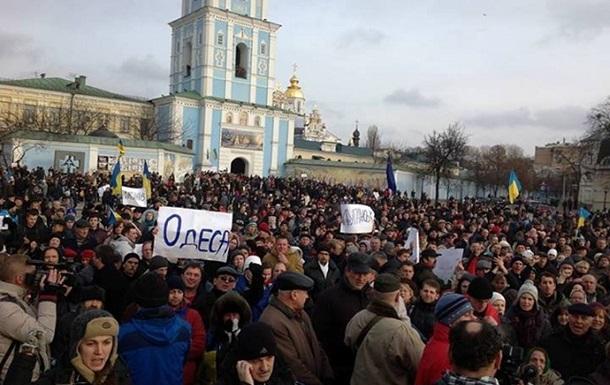 После разгона Евромайдана на Михайловской площади собрались тысячи людей и послы ЕС