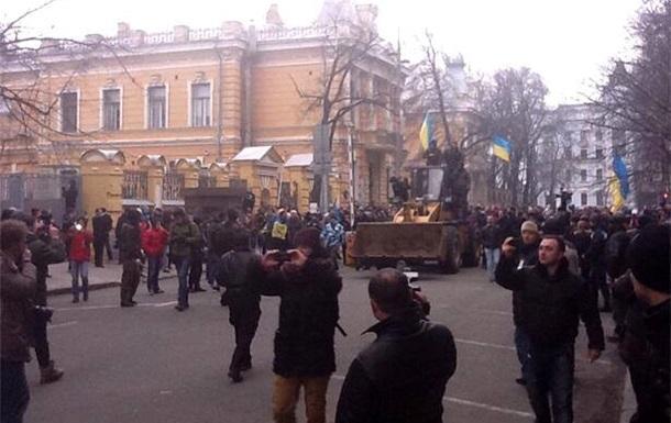 В столкновениях у Администрации Президента пострадали два милиционера - Громадське ТВ