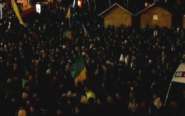 Несколько тысяч человек остаются на Майдане Незалежности