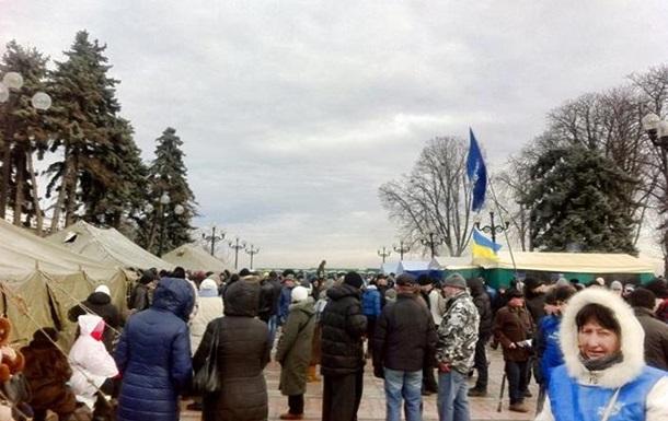 Сторонники Януковича установили палатки перед зданием парламента