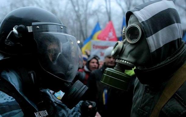У военной части в Василькове стоят около 70 человек