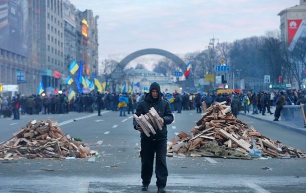 Правительство готово оплатить митингующим отъезд с Евромайдана - Азаров