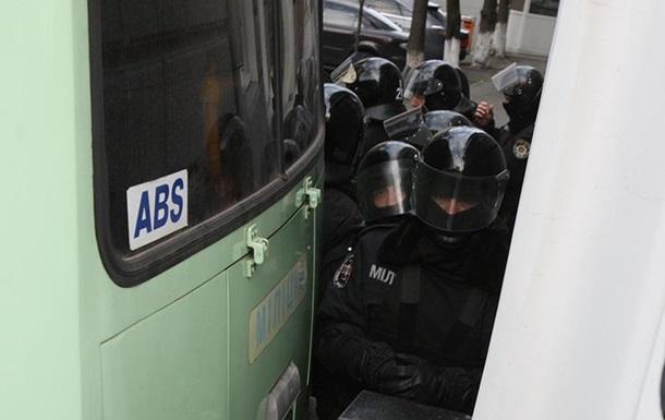 Все въезды в квартал, где находится Администрация президента, перекрыты милицейскими автобусами и бойцами Беркута