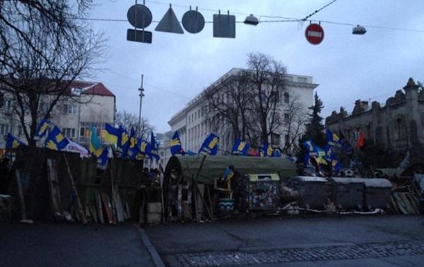 Митингующие возводят палатки и баррикады: онлайн-трансляция событий в центре Киева