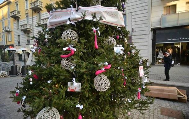 В Милане одну из рождественских елок украсили фаллоимитаторами