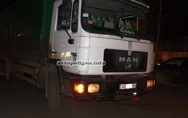 В Киеве грузовик насмерть сбил женщину