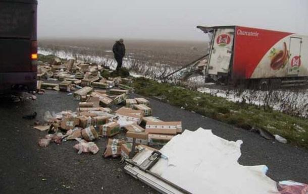 ДТП на трассе Донецк - Днепропетровск. При столкновении автобуса и грузовика один человек погиб, двое ранены