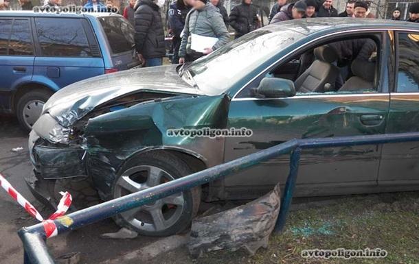 В Киеве иномарка протаранила около десяти машин