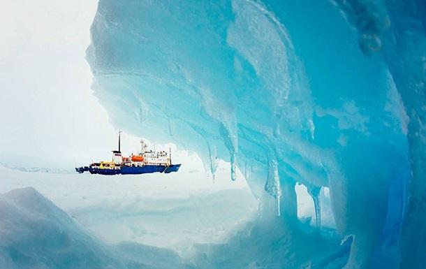 Китайский ледокол, участвующий в эвакуации пассажиров судна Академика Шокальского, застрял во льдах