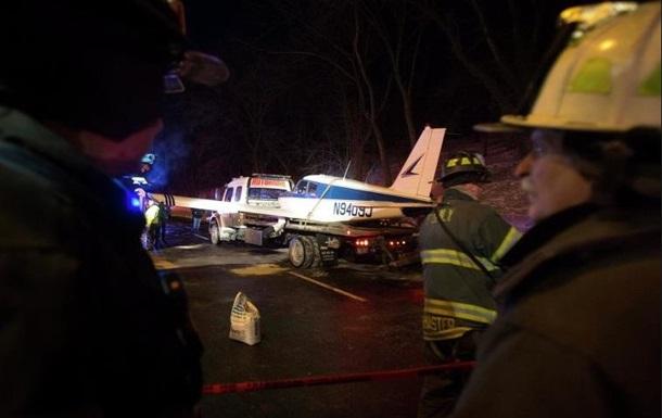 В Нью-Йорке самолет приземлился на автотрассу