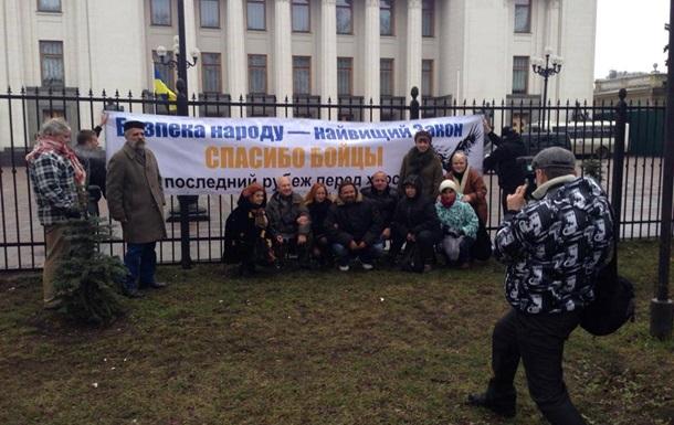 Противники Майдана принесли киевскому Беркуту фрукты и сладости