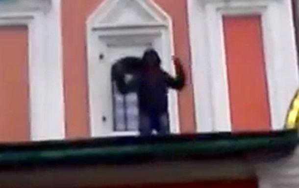 Мусульманин устроил проповедь на крыше храма Казанской божьей матери на Красной площади