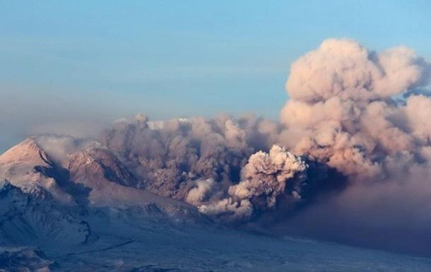 Вулкан на Камчатке выбросил пепел на высоту около пяти километров