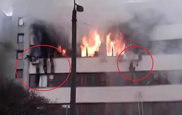 Пожар на заводе Хартрон - видео - люди прыгают из окон