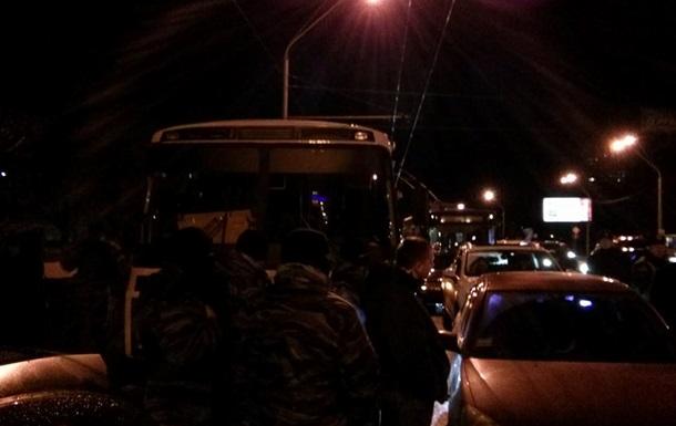 Автомайдановцы заблокировали автобусы с Беркутом на проспекте Победы в Киеве