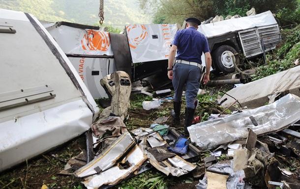 В результате автокатастрофы в Пакистане погибли 19 человек, 17 из них дети