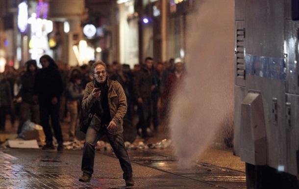 В Турции водометом и слезоточивым газом разгоняют протестующих против усиления контроля в интернете