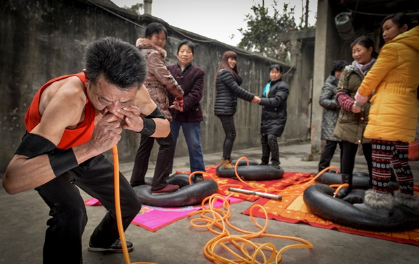 Китаец накачал четыре шины собственным носом