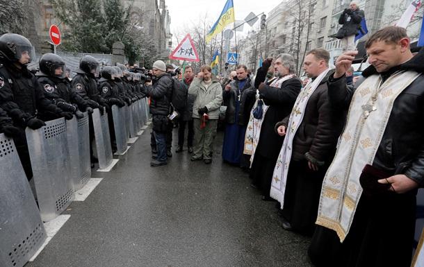 Священники стали щитом между митингующими и милицией на Грушевского