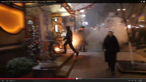 Смолоскипний марш у виконанні уродів. Факелами намагались підпалити будівлі з лю
