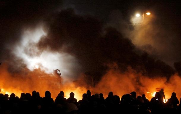 Горящие покрышки на Грушевского до сих пор погасить не удается