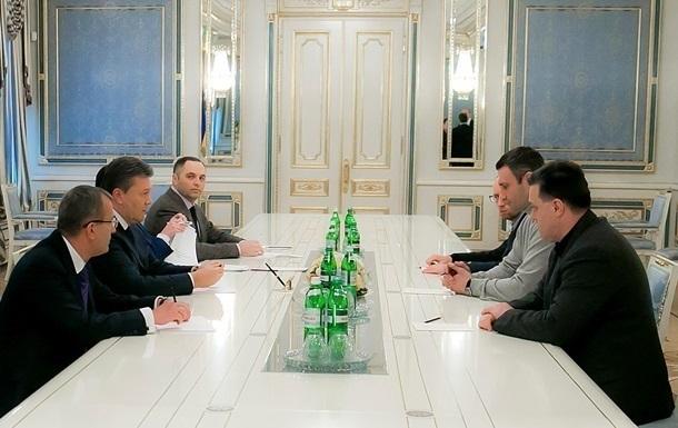 Лидеры оппозиции вышли из Администрации президента