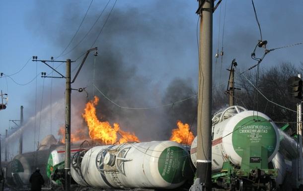ЧП на Донецкой железной дороге: пожарные поезда тушат горящие цистерны, эвакуированы жители