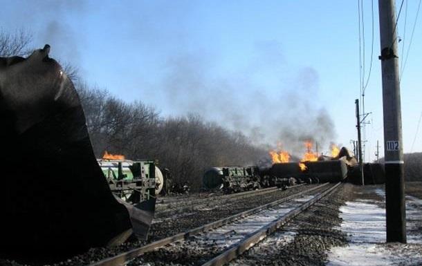 В Донецкой области спасатели продолжают поднимать упавшие цистерны с пропан-бутаном