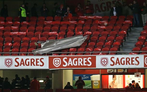 Из-за сильного ветра стадион в Португалии начал разрушаться перед футбольным матчем