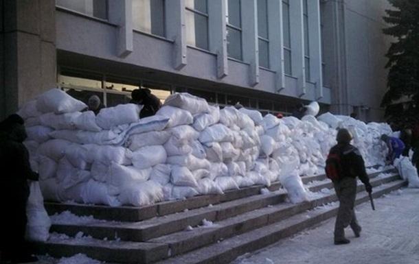 Суд обязал митингующих освободить здание Полтавского облсовета